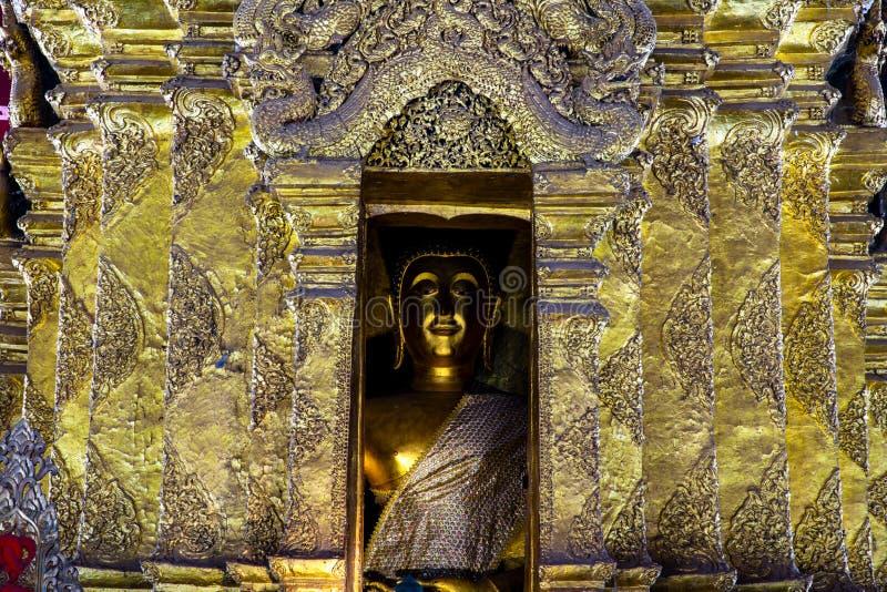 Imagem dourada da Buda no pagode dourado com detalhes de arte tailandesa em um templo budista em Tailândia fotos de stock royalty free