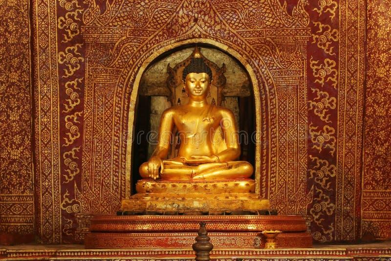 A imagem dourada de Buddha em Wat Pra canta o templo imagem de stock