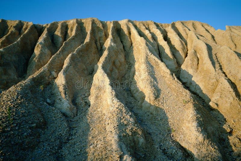 Imagem dramática da erosão do solo que mostra os cumes e os vales profundos cortados pela água da chuva fujida imagem de stock royalty free