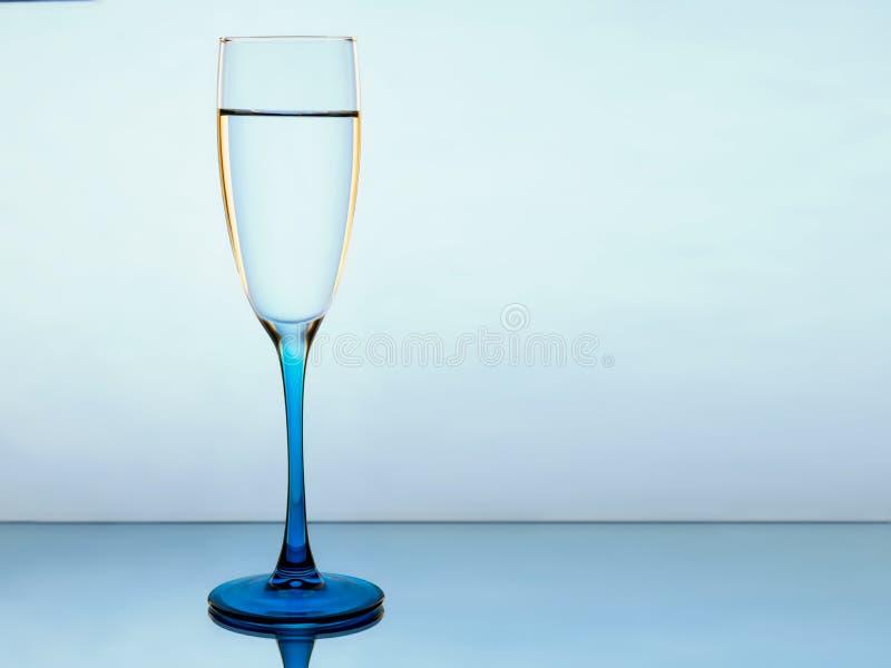 Imagem elegante de um vidro da água pura foto de stock royalty free