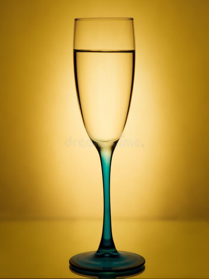Imagem elegante de um vidro do champanhe com água clara foto de stock
