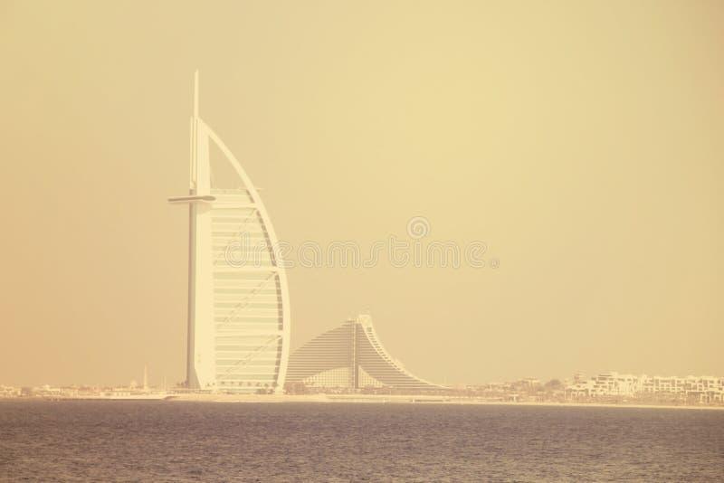 A imagem elegante disparou do ÁRABE do AL de BURJ, Dubai, UAE o 28 de junho de 2017 imagens de stock