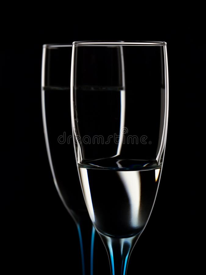 Imagem elegante dos vidros com água clara fotos de stock