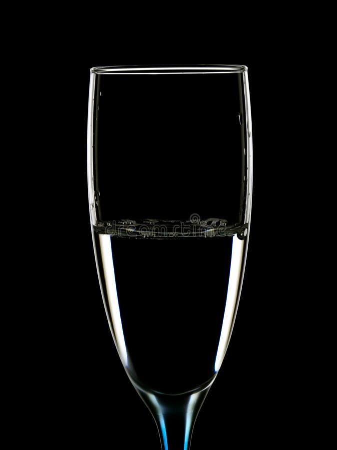 Imagem elegante dos vidros com água clara fotografia de stock