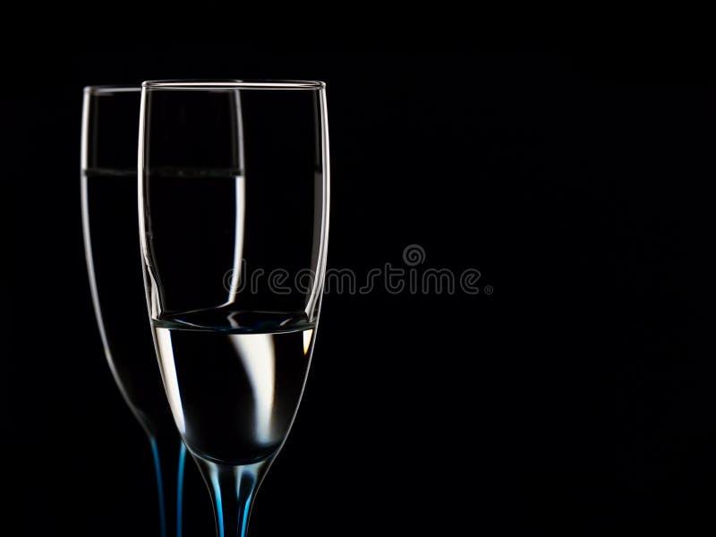 Imagem elegante dos vidros com água clara imagem de stock
