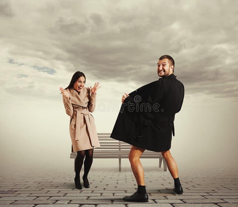 Imagem engraçada da mulher e do exibicionista fotografia de stock royalty free