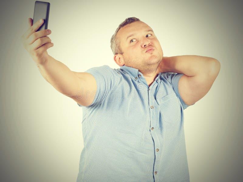 Imagem engraçada do homem de negócios gordo do homem que faz o selfie foto de stock