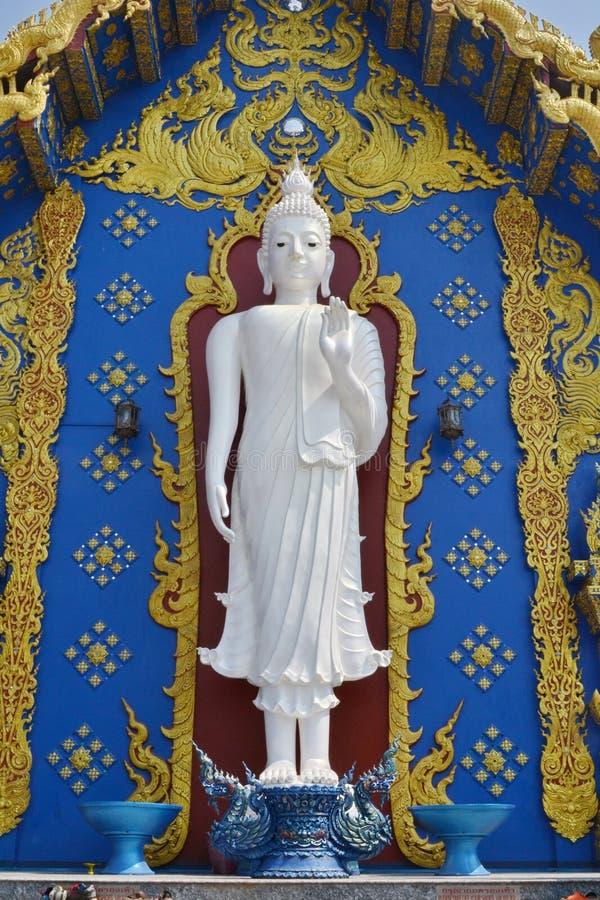Imagem ereta da Buda, Wat Rong Sua Ten, Chiang Rai Province, Tailândia imagem de stock royalty free
