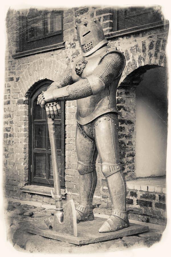 Imagem estilizado retro do vintage do cavaleiro medieval com machado fotografia de stock