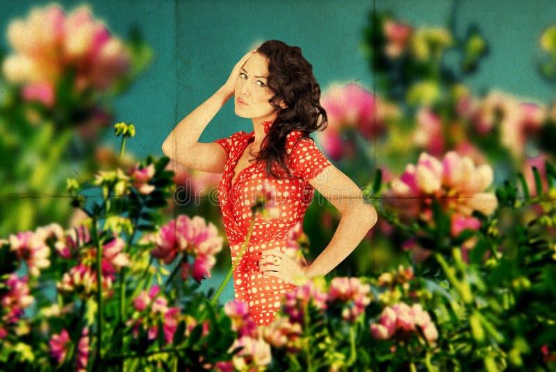 Imagem feericamente com a mulher nova da beleza nas flores imagens de stock royalty free