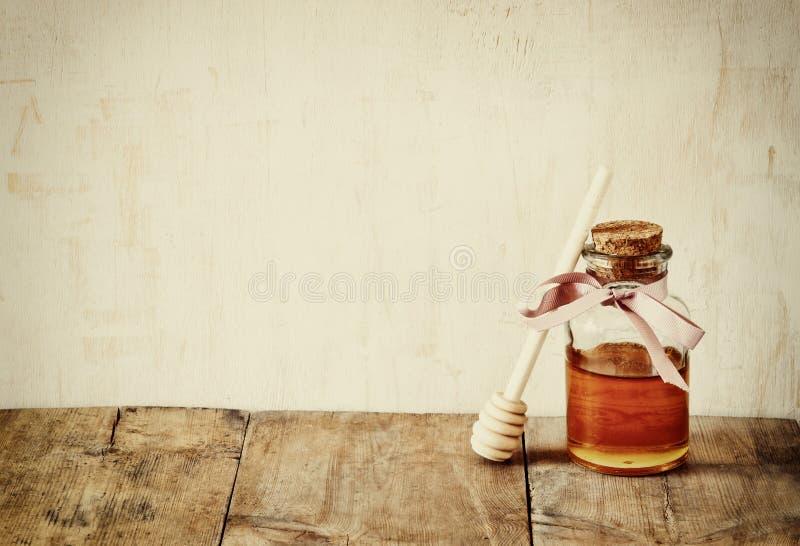 Imagem filtrada sumário do frasco do vidro do mel Conceito do hashanah de Rosh (feriado do jewesh) símbolos tradicionais do feria imagens de stock royalty free