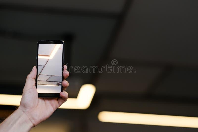 Imagem futurista do smartphone da iluminação da trilha fotos de stock
