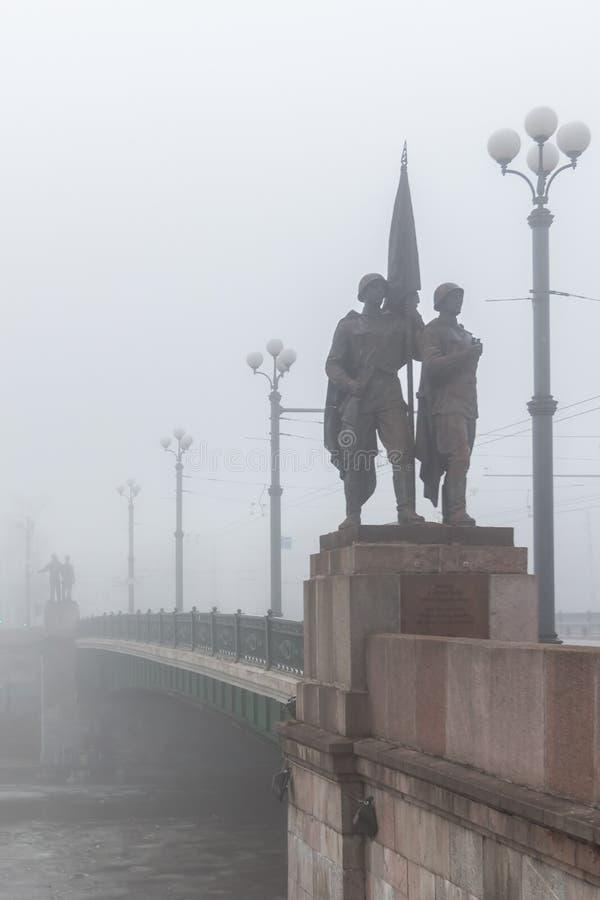 Imagem histórica de esculturas soviéticas na ponte verde na ocupação soviética simbolizada névoa fotos de stock royalty free