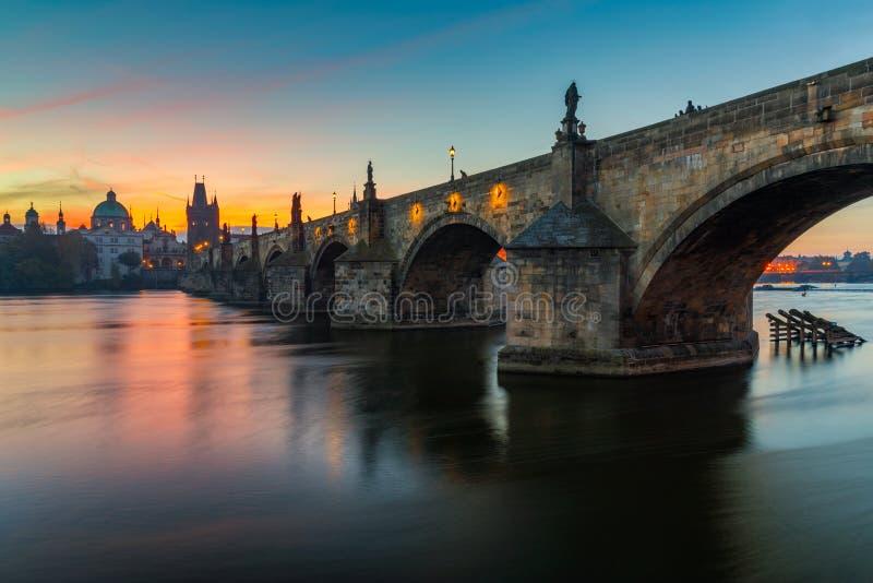 Imagem icónica famosa da ponte de Charles, Praga, República Checa C fotos de stock royalty free