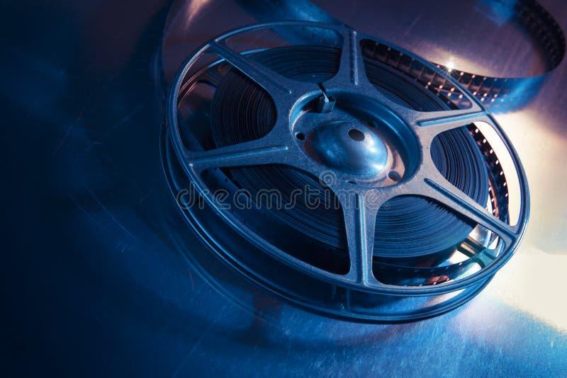 Imagem iluminada dramática de um carretel do filme foto de stock