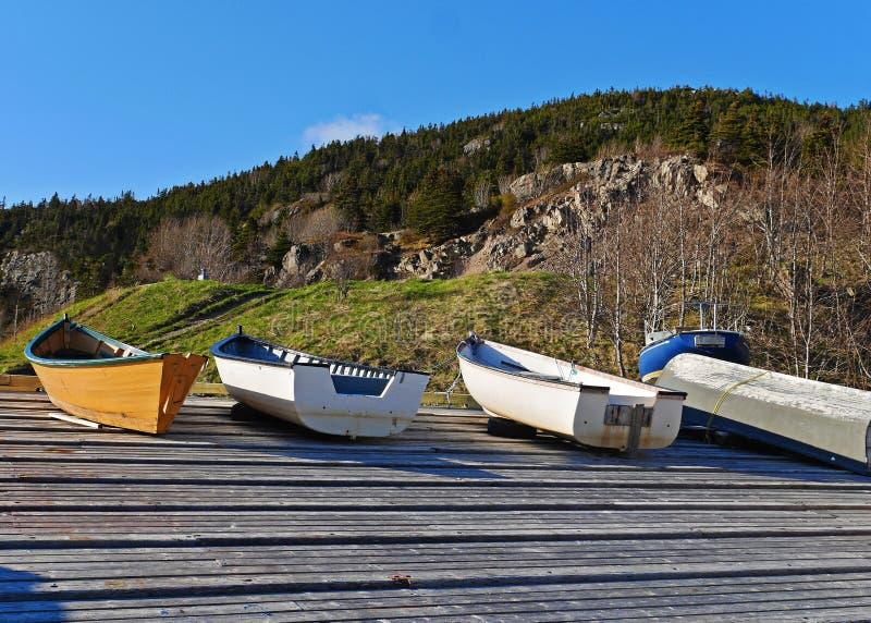 A imagem impressionante dos barcos puxou em terra no cais no verão imagens de stock