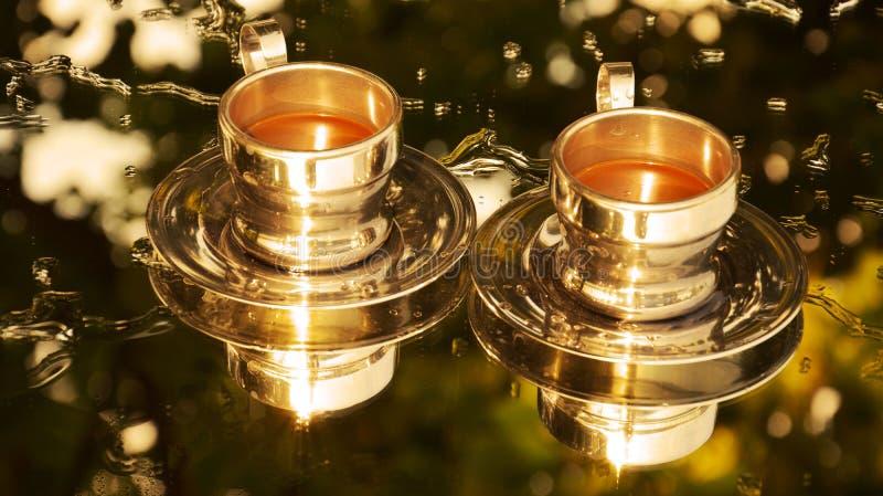 Imagem invertida dourada de dois copos de café foto de stock