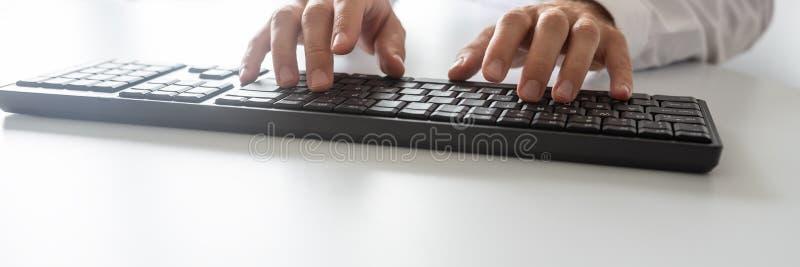 Imagem larga da vista do programador que usa o teclado de computador foto de stock