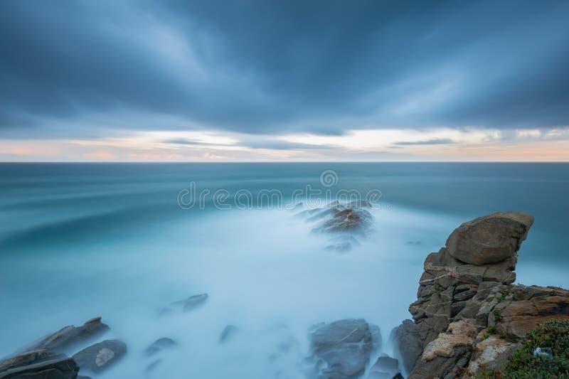 Imagem longa agradável da exposição de Costa Brava litoral na Espanha, perto da cidade Palamos fotografia de stock