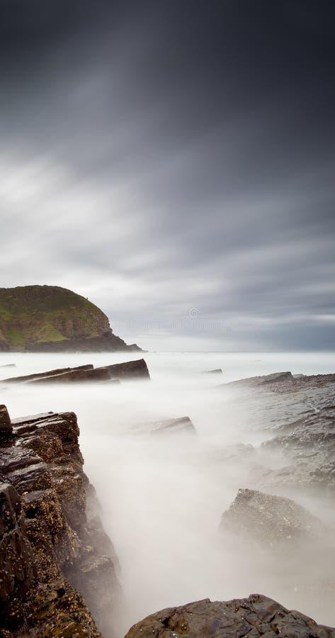 Mar e rochas enevoados fotos de stock royalty free