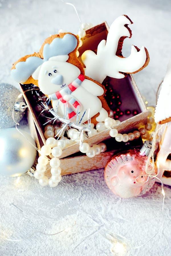 Imagem mágica do Natal do inverno Casa de pão-de-espécie com neve imagens de stock