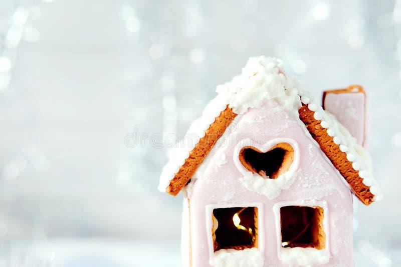 Imagem mágica do Natal do inverno Casa de pão-de-espécie com neve imagens de stock royalty free