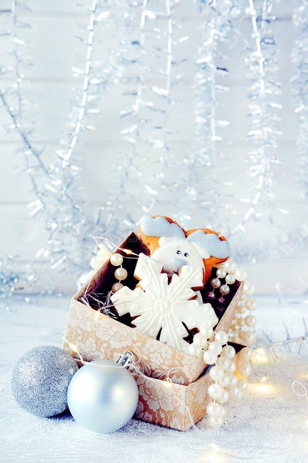 Imagem mágica do Natal do inverno Casa de pão-de-espécie com neve imagem de stock