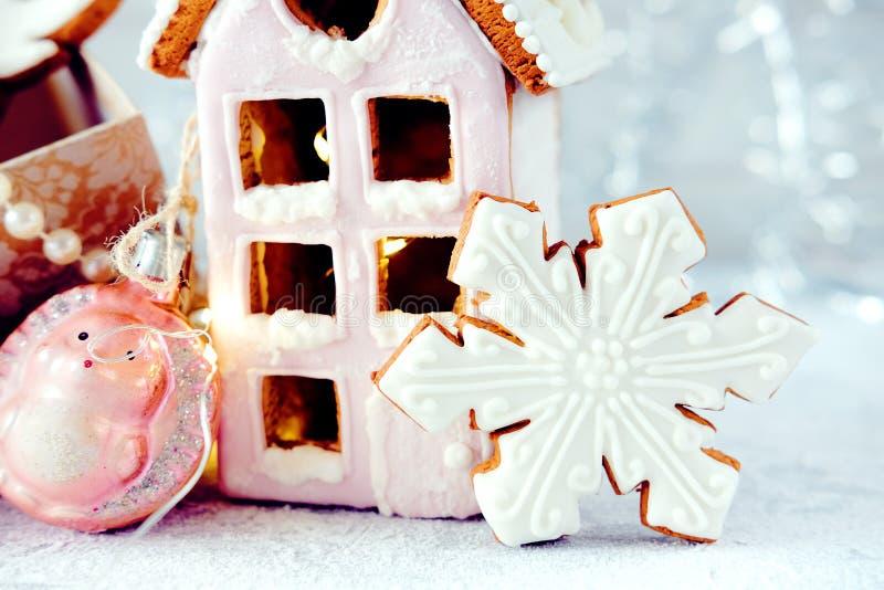 Imagem mágica do Natal do inverno Casa de pão-de-espécie com neve fotos de stock