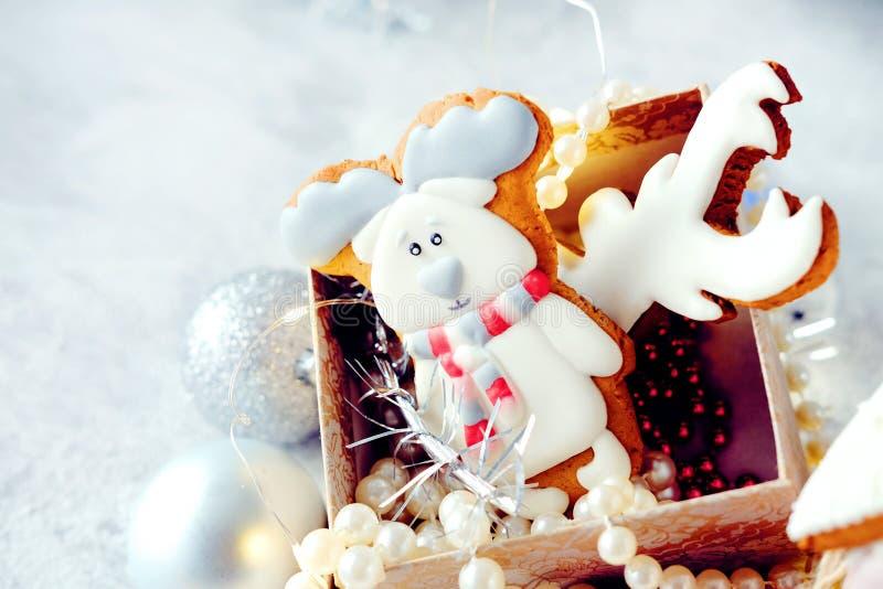Imagem mágica do Natal do inverno Casa de pão-de-espécie com neve fotos de stock royalty free