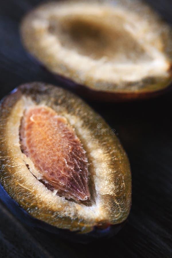 Imagem macro da ameixa cortada fotografia de stock