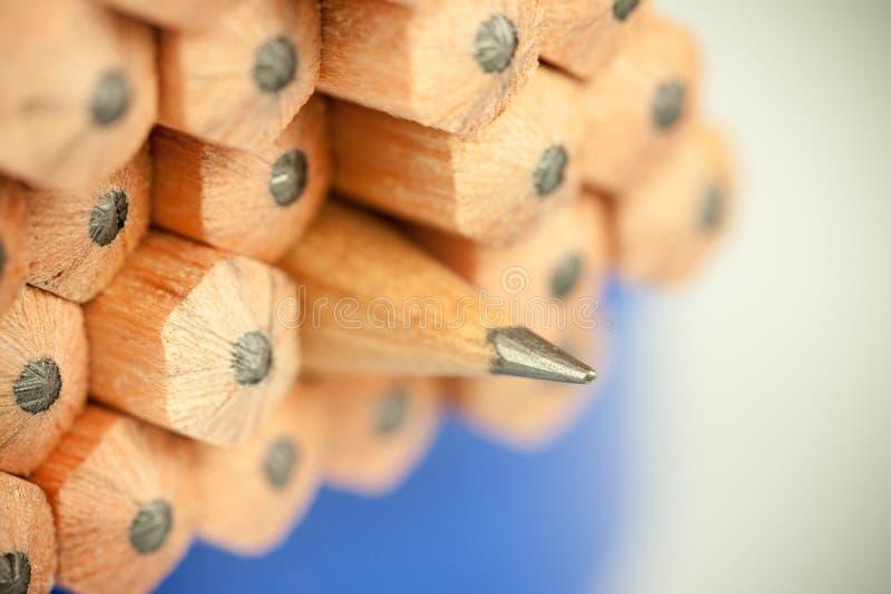 Imagem macro da ponta da grafite de um lápis de madeira ordinário afiado como o desenho e a ferramenta de esboço, estando entre o fotografia de stock royalty free