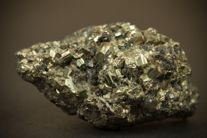 Imagem macro do close up do minério do zinco da ligação preta com textura caótica irregular imagem de stock royalty free