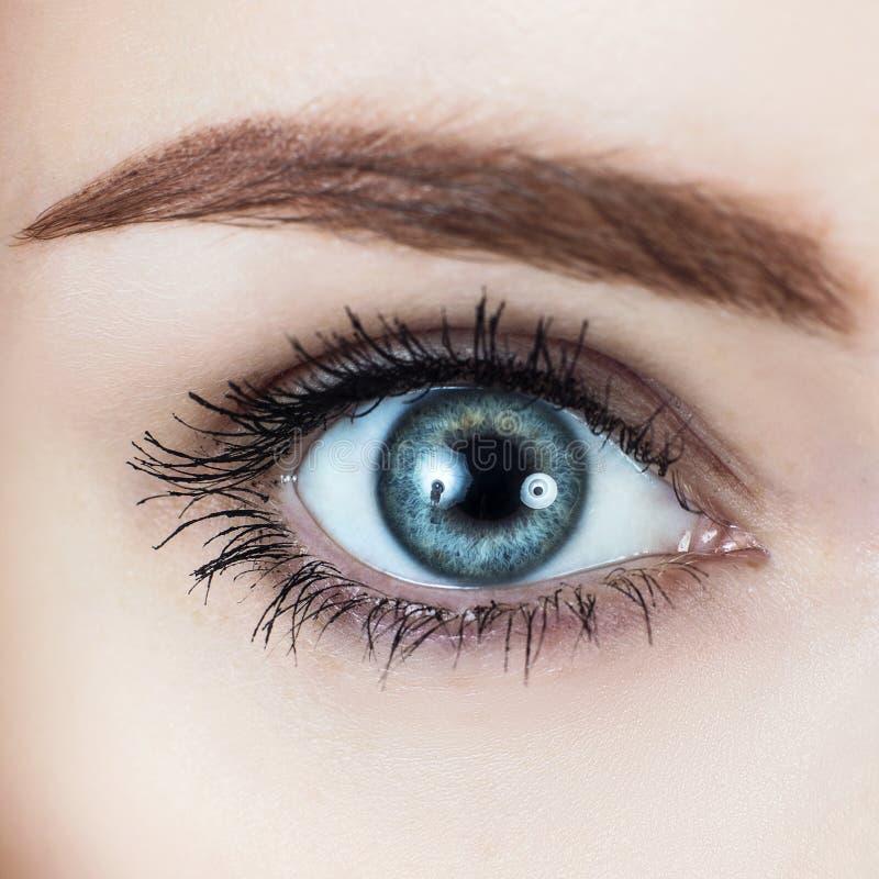 Imagem macro do olho azul do ` s da mulher imagens de stock