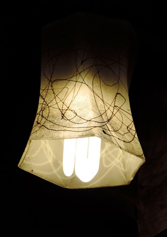 A imagem minimalista do retrato de uma máscara de lâmpada profunda amarela branca do hexágono colocou no centro ter o projeto da  imagens de stock royalty free