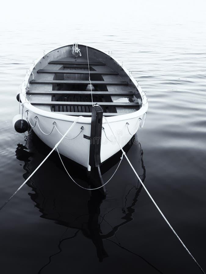 Imagem monocromática de um barco a remos vazio na água fotos de stock