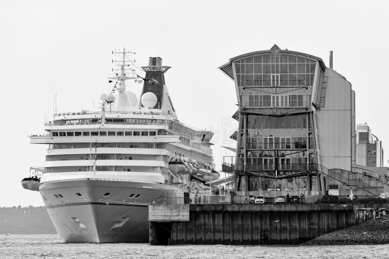 Imagem monocromática de um cruzador que encontra-se no cais do centro Altona do cruzeiro de Hamburgo fotos de stock