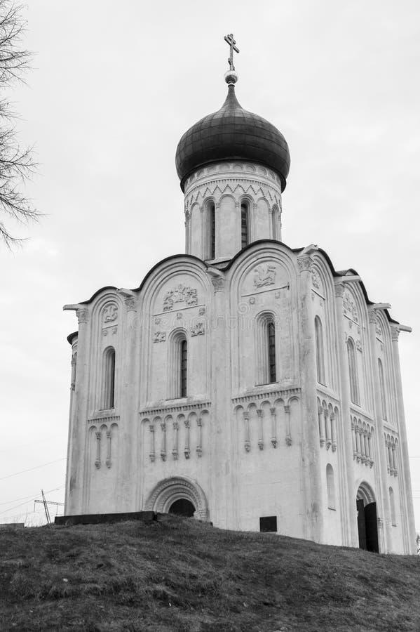 imagem monocromática A igreja do Intercession da Virgem Santa no rio de Nerl Paisagem da mola foto de stock