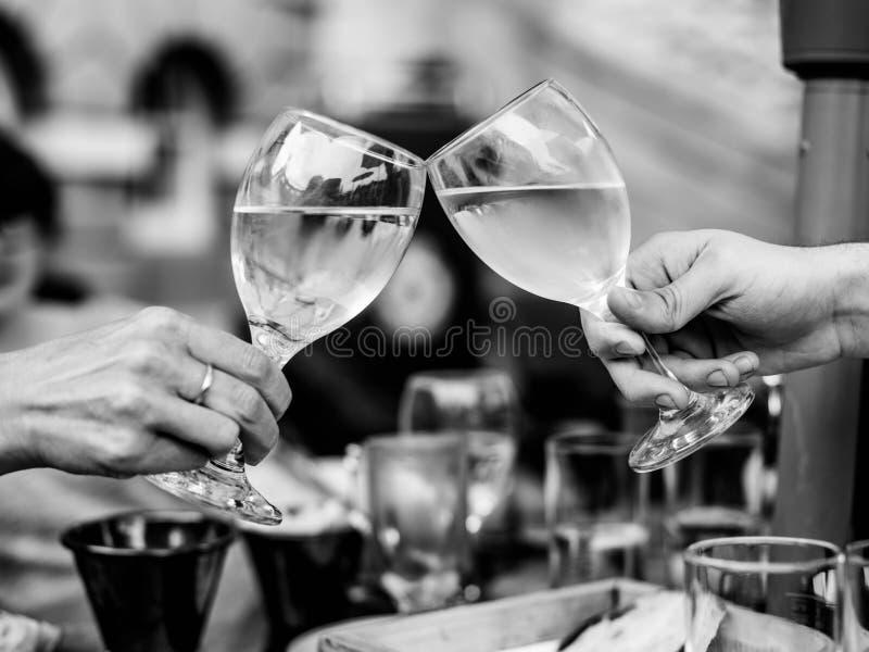 Imagem monocromática preto e branco de comemorar o sucesso com dois fotos de stock royalty free