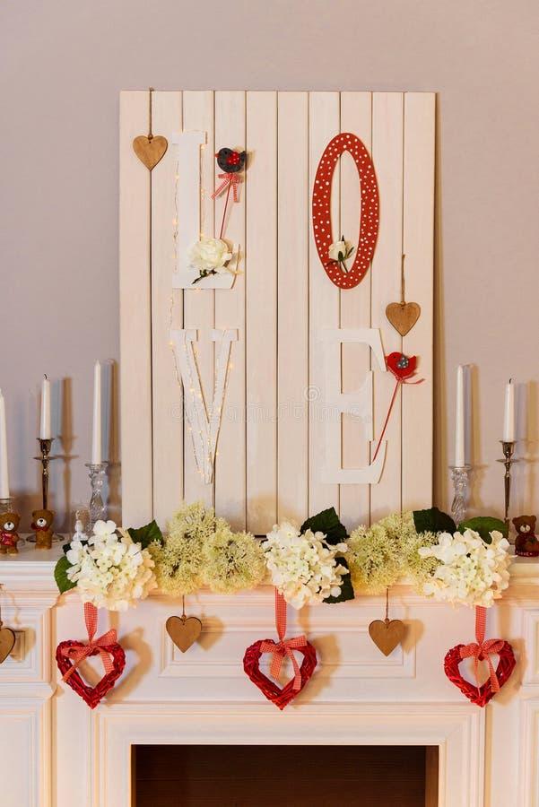 Imagem morna de uma chaminé branca rica decorada imagens de stock