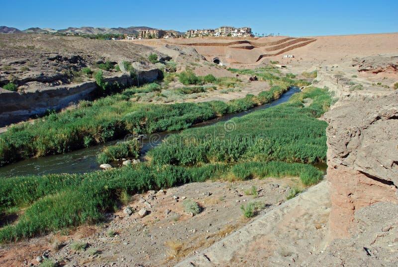 Lavagem de Las Vegas que leva águas residuais tratadas ao hidromel do lago. O lago Las Vegas é atrás da represa no fundo. imagem de stock royalty free