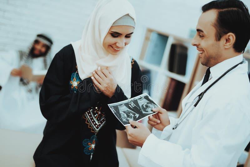 Imagem muçulmana do ultrassom da posse da mulher da gravidez fotografia de stock