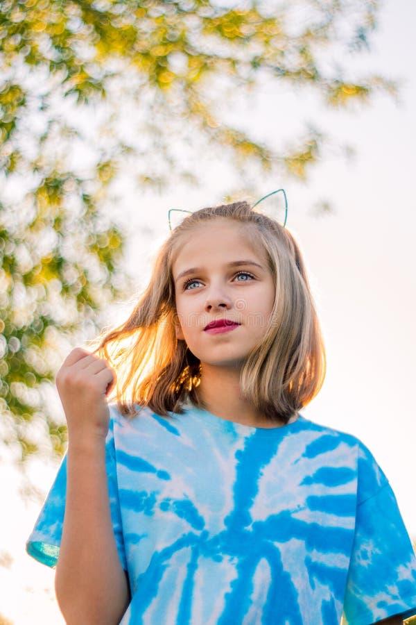 Imagem nostálgica tristonho da menina loura nova que joga com cabelo fotos de stock royalty free