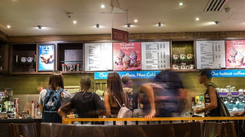 Imagem obscura do movimento da linha dos povos na loja do café imagem de stock royalty free