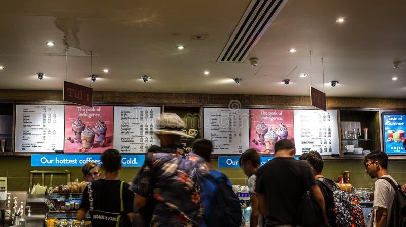 Imagem obscura do movimento da linha dos povos na loja do café fotografia de stock