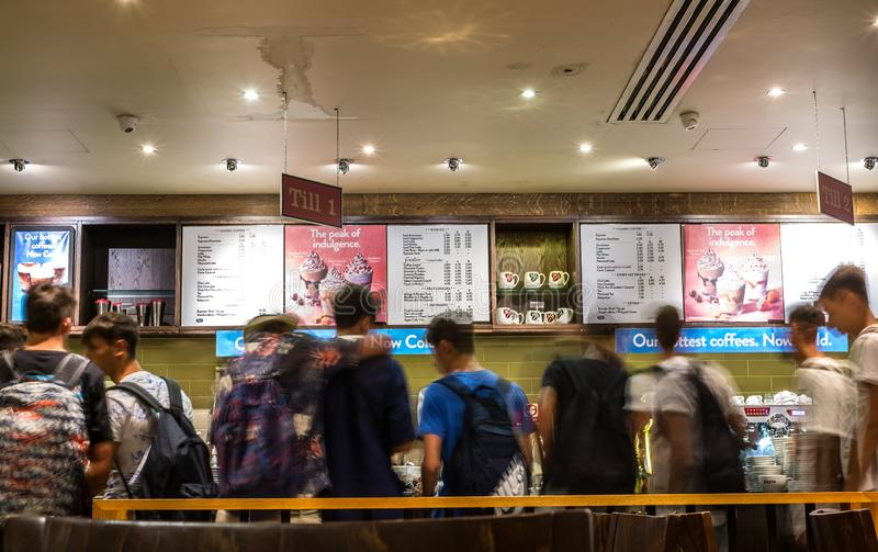 Imagem obscura do movimento da linha dos povos na loja do café fotografia de stock royalty free