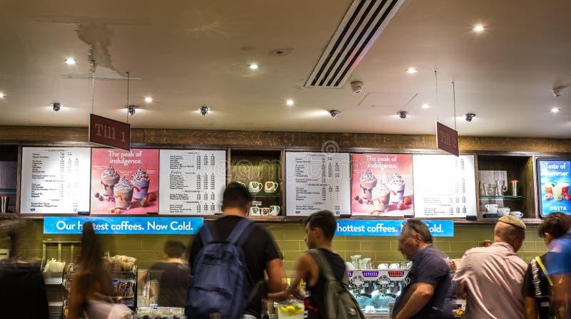 Imagem obscura do movimento da linha dos povos na loja do café imagens de stock
