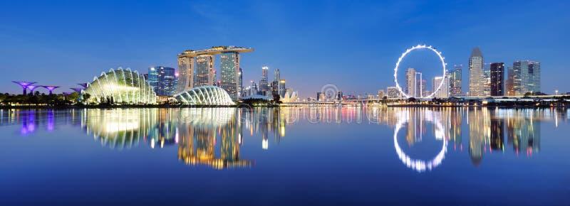 Imagem panorâmica do horizonte de Singapura à noite fotos de stock royalty free