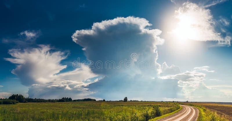 Imagem panorâmico de nuvens de tempestade do cúmulo-nimbo no verão imagem de stock