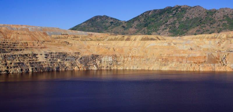 Imagem panorâmico de uma mina de cobre de poço aberto fotos de stock