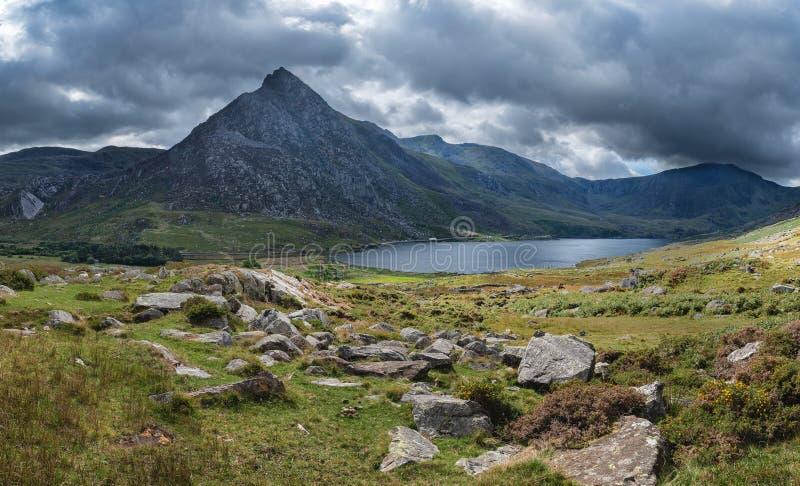 Imagem panorâmico impressionante da paisagem do campo em torno de Llyn Og imagens de stock